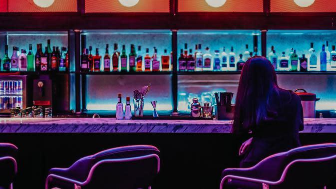 Wanita Florida Diamankan Setelah Mencoba Mencium Orang-Orang di Bar