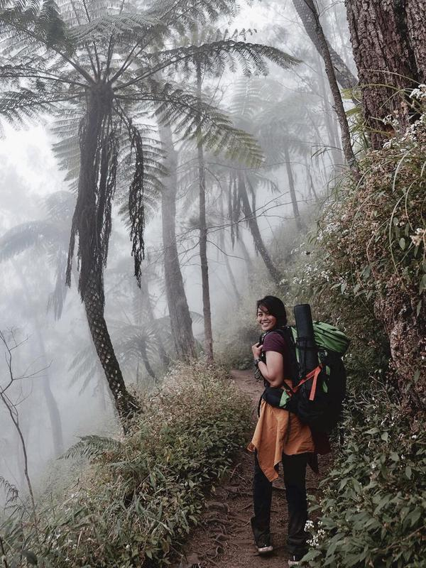 Punya kekuatan fisik yang mumpuni, putri sulung Lilies Handayani ini memilih Gunung Semeru untuk tempat berliburnya. Keindahan Ranu Kumbolo nampaknya menjadi tujuan yang ia nanti. (Liputan6.com/IG/@delliedinda)