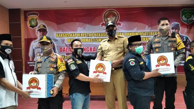 Polisi Bagikan Paket Sembako untuk Anggota Ormas di Bekasi