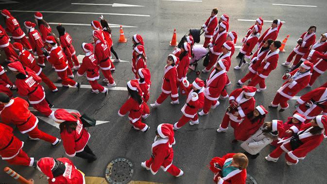 Peserta yang mengenakan kostum Sinterklas mengikuti lomba lari maraton dalam acara Santa Run 2019 di Goyang, Korea Selatan, Sabtu (7/12/2019). Sekitar 2.000 peserta mengikuti lomba lari maraton sejauh 5 dan 10 kilometer. (Jung Yeon-je/AFP)