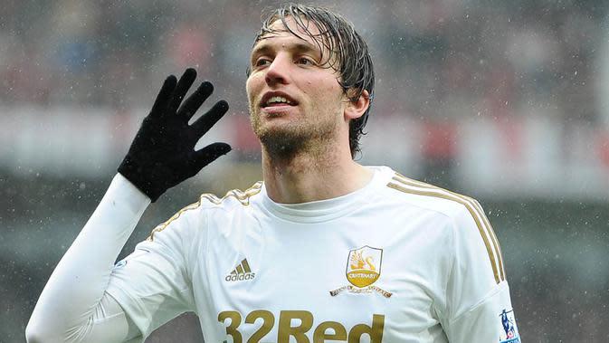 Michu, pada musim pertamanya di Swansea gelandang asal Spanyol ini mampu mencetak 18 gol, namun ironis musim keduanya hanya membukukan dua gol. Sempat dipinjamkan ke Napoli namun dirinya tetap gagal mengembalikan performanya. (AFP/Andrew Yates)