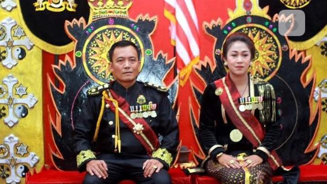 Totok Santoso Hadiningrat serta Kanjeng Ratu, alias Dyan Gitarja. (foto: Lipoutan6.com/FB/edhie prayitno ige)