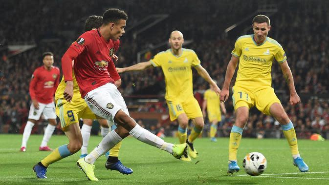Striker Manchester United, Mason Greenwood, melepaskan tendangan saat melawan Astana pada laga Europa League di Stadion Old Trafford, Manchester, Kamis (19/9). MU menang 1-0 atas Astana. (AFP/Oli Scarff)