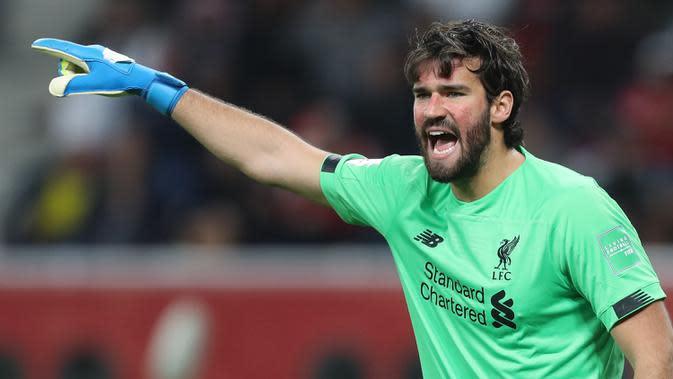 Alisson Becker - Kiper asal Brasil ini memberikan dampak luar biasa bagi Liverpool sejak bergabung pada 2018. Alisson Becker mampu bekerja sama dengan para bek Liverpool dalam menahan setiap serangan lawan. (AFP/Karim Jaafar)
