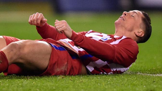Striker Atletico Madrid Fernando Torres pingsan saat timnya menghadapi Deportivo La Coruna pada laga La Liga di Stadion Riazor. (AFP/Miguel Riopa)