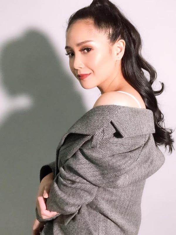 Paras cantik Nagita Slavina memang nyata adanya. Pasalnya, berbagai gaya rambut dari yang biasa hingga tak biasa tetap cocok untuknya. Misalnya gaya rambutnya yang berikut ini. Dengan kuciran tinggi ke atas, Gigi tampak memesona dan berkharisma. (Liputan6.com/IG/@raffinagita1717)