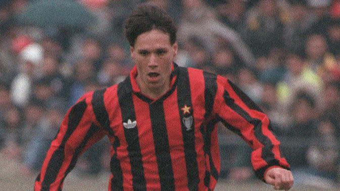1. Marco Van Basten (AC Milan), striker asal Belanda ini merupakan andalan Rossoneri pada tahun 1990-1995. Sayang mantan bomber Ajax ini cedera yang membuatnya pensiun dini. (AFP/Toshifumi Kitamura)