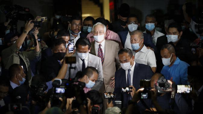 Najib Razak Dihukum 12 Tahun Penjara: Mantan Perdana Menteri Malaysia Najib Razak meninggalkan gedung pengadilan di Kuala Lumpur, Selasa, (28/7/2020). Pengadilan di Malaysia menghukum Najib Razak 12 tahun penjara atas tujuh dakwaan terhadapnya dalam kasus korupsi 1MDB. (AP Photo/Vincent Thian)