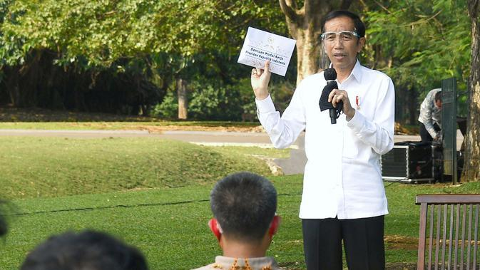 Presiden Joko Widodo atau Jokowi menyerahkan bantuan modal kerja (BMK) kepada 60 pengusaha mikro dan kecil masing-masing Rp 2,4 juta di halaman Istana Kepresidenan Bogor.Foto: Laily Rachev - Biro Pers Sekretariat Presiden