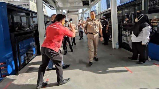 Gubernur Provinsi DKI Jakarta Anies Baswedan meninjau halte TranJakarta yang telah diperbaiki setelah dirusak dan dibakar oleh massa penentang Omnibus Law Cipta Lapangan Kerja pada Senin, 12 Oktober 2020.