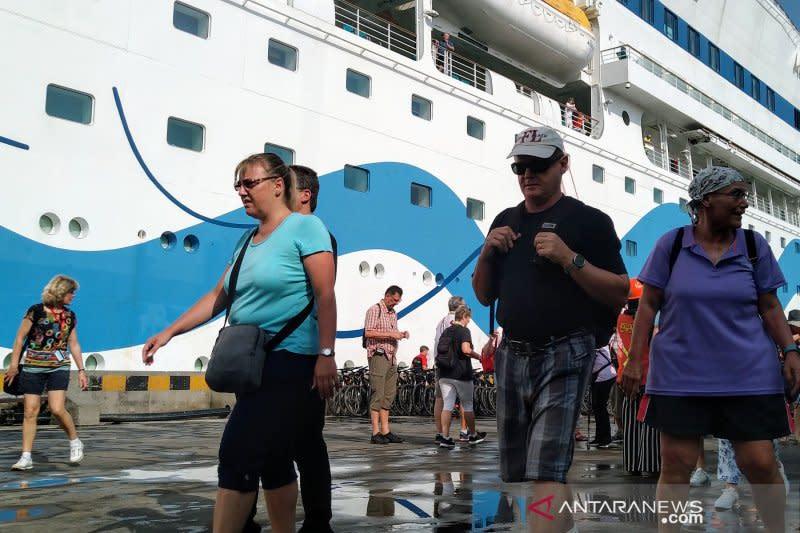 Kapal pesiar angkut ribuan wisman singgah di Pelabuhan Semarang