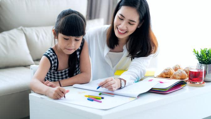 Ilustrasi mengajarkan anak belajar/Shutterstock.