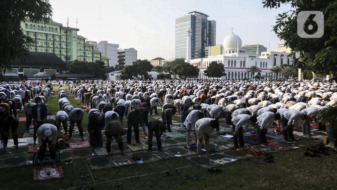 Salat Idul Adha di Tengah Pandemi: Jemaah salat Idul Adha 1441 H di Masjid Al-Azhar, Jakarta, Jumat (31/7/2020). Pelaksanaan salat Id dilakukan secara berjemaah di masjid atau lapangan dengan menerapkan protokol kesehatan, seperti mengenakan masker dan menjaga jarak. (Liputan6.com/Johan Tallo)