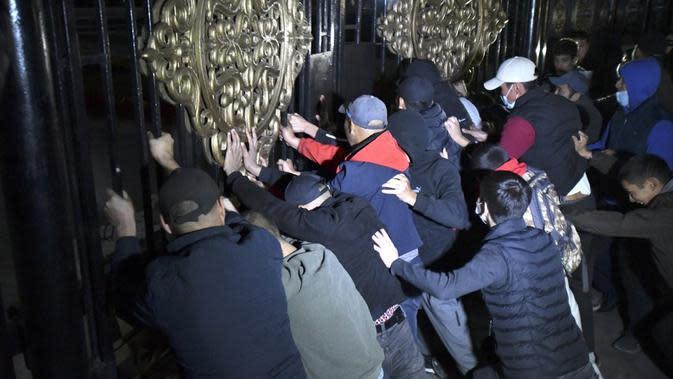 Rakyat Kirgizstan terobos parlemen karena protes hasil pemilihan legislatif. Dok: AP Photo/Vladimir Voronin