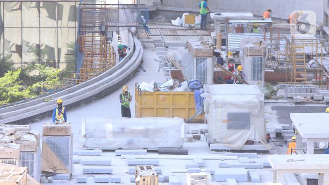 Pekerja tengah menyelesaika pembangunan gedung bertingkat di Jakarta, Kamis (3/9/2020). Menurut data dari BPJAMSOSTEK angka klaim kecelakaan kerja pada semester I 2020 yakni dari Januari sampai dengan Juni 2020 meningkat 128%. (Liputan6.com/Angga Yuniar)