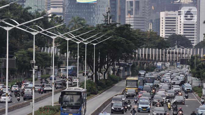 Suasana kendaraan terjebak macet di Jalan Sudirman, Jakarta, Selasa (9/6/2020). Masa PSBB Transisi yang memperbolehkan karyawan di perkantoran kembali bekerja menyebabkan ruas jalan Ibu Kota kembali macet dan semrawut saat jam pulang kerja. (merdeka.com/Iqbal S Nugroho)