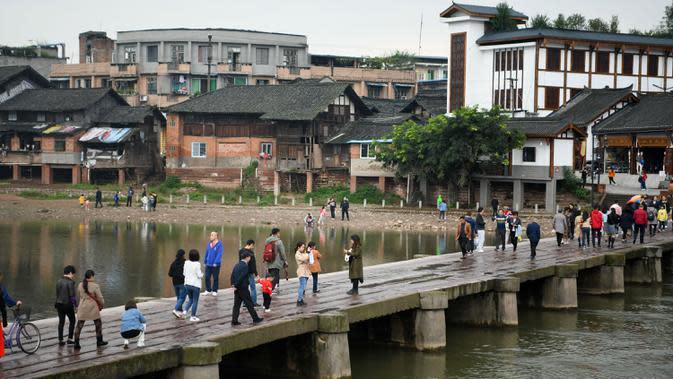 Orang-orang mengunjungi sebuah kota di Distrik Shizhong di Leshan, Provinsi Sichuan, China barat daya, pada 5 Oktober 2020, hari kelima libur Hari Nasional dan Festival Pertengahan Musim Gugur. (Xinhua/Tang Wenhao)