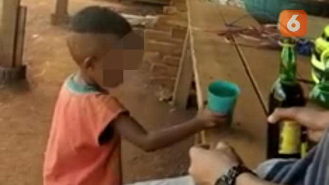 Tangkapan layar bocah disuruh minum miras hingga mabuk (Fauzan/Liputan6.com)