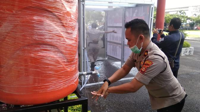 Fasilitas cuci tangan disediakan di pintu masuk Polrestabes Palembang, untuk mencegah penularan Corona Covid-19 (Liputan6.com / Nefri Inge)