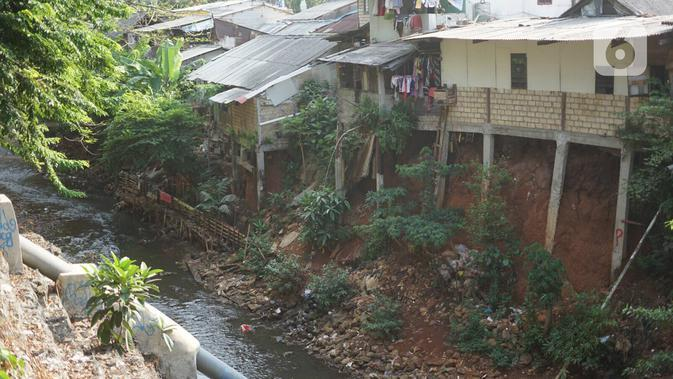 Bangunan rumah warga berdiri di sepanjang bantaran Kali Cijantung di Jakarta Timur, Selasa (20/11/2019). Meskipun berbahaya, namun sebagian warga nekat mendirikan bangunan di bantaran kali yang dapat longsor sewaktu-waktu tersebut. (Liputan6.com/Immanuel Antonius)