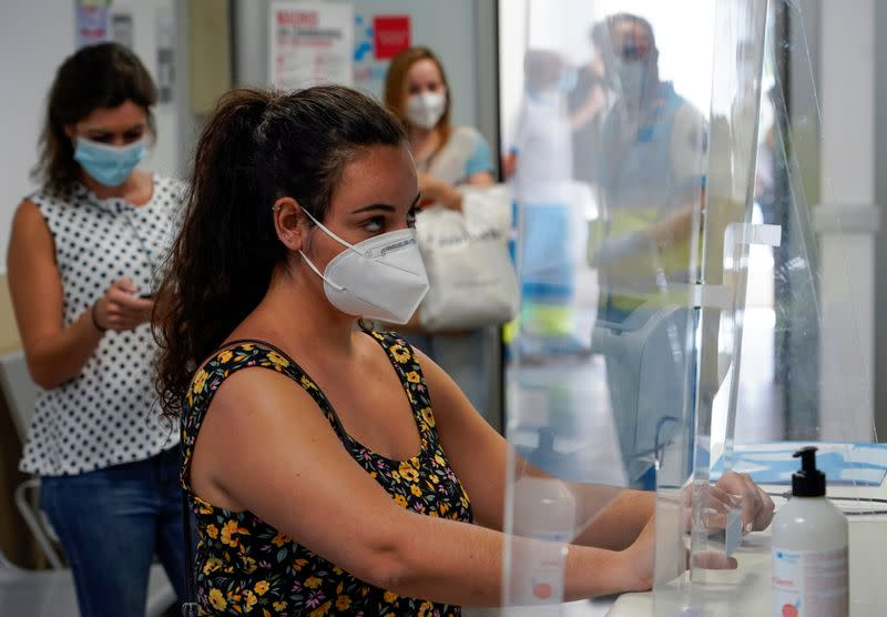 Madrid advises residents to stay at home as virus cases soar