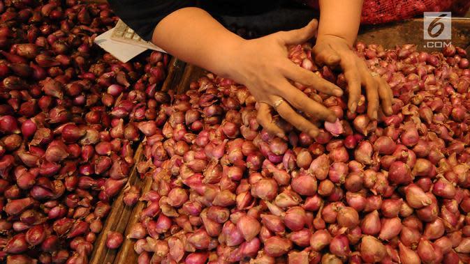 Pedagang memilah bawang merah di pasar induk Kramat Jati, Jakarta, Jumat (26/4/2019). Kementerian Perdagangan siap menjaga harga dan ketersediaan barang kebutuhan pokok menjelang Puasa dan Lebaran 2019. (Liputan6.com/Herman Zakharia)