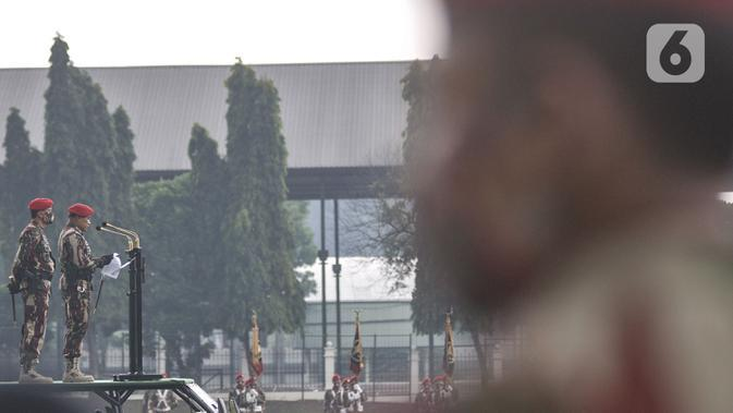 Danjen Kopassus yang baru Brigjen TNI Mohammad Hasan didampingi Mayjen TNI I Nyoman Cantiasa memberikan sambutan saat upacara penyerahan komando Kopassus di Mako Kopassus, Cijantung, Jakarta, Kamis (10/9/2020). (merdeka.com/Iqbal S. Nugroho)