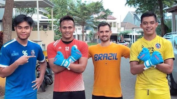 Kiper Arema, Kartika Ajie, Andriyas Francisco, Felipe Americo dan Teguh Amirudin berpose bersama setelah menjalani latihan bersama. (Istimewa)