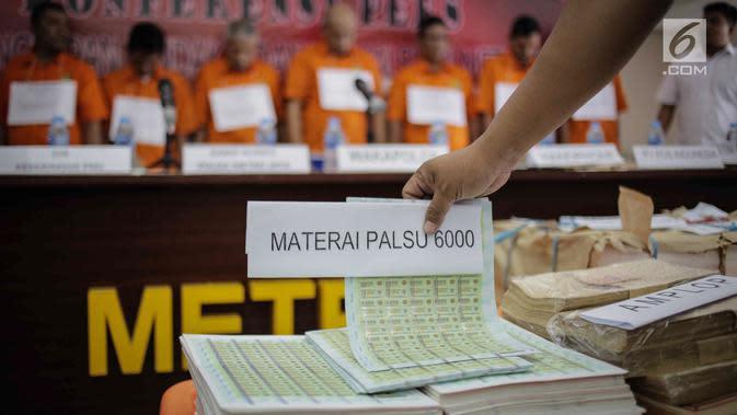 Barang bukti kasus tindak pidana pemalsuan materai dan pencucian uang dihadirkan saat rilis di Polda Metro Jaya, Jakarta, Rabu (20/3). Subdit 3 Sumdaling Ditreskrimsus Polda Metro Jaya menangkap sembilan tersangka. (Liputan6.com/Faizal Fanani)
