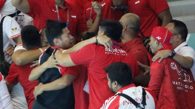 Ketua KOI, Raja Sapta Oktohari, bersama tim polo air Indonesia merayakan keberhasilan meraih medali emas pada SEA Games 2019 di Aquatic Center, Clark, Jumat (29/11). Indonesia berhasil meraih emas perdana dari cabang polo air. (Bola.com/M Iqbal Ichsan)