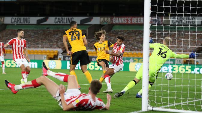 Striker Wolves, Fabio Silva, berusaha mencetak gol ke gawang Stoke City pada laga kompetisi Piala Inggris di Malineaux Stadium, Jumat (18/9/2020) dini hari WIB. Wolves kalah 0-1 oleh Stoke City. (AFP/Nick Potts/pool)