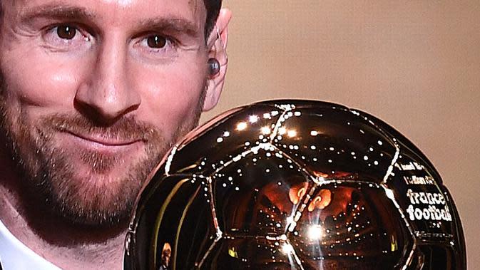 Ekspresi pemain Barcelona Lionel Messi saat memenangkan penghargaan Ballon d'Or 2019 di Chatelet Theatre, Paris, Prancis, Senin (2/12/2019). Messi mengukir sejarah dengan memenangkan Ballon d'Or untuk keenam kalinya. (FRANCK FIFE/AFP)