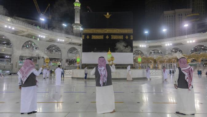 Sejumlah pria membakar dupa di sekitar Ka'bah, Masjidil Haram, Makkah, Arab Saudi, Minggu (26/7/2020). Karena pandemi COVID-19, Arab Saudi membatasi jumlah jemaah haji tahun ini hanya untuk sekitar 1.000 orang. (Saudi Ministry of Media via AP)