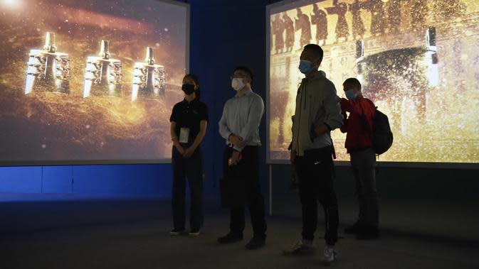 Orang-orang mengunjungi sebuah pameran digital dalam pratinjau media di Museum Ibu Kota (Capital Museum), Beijing, China, 25 September 2020. Menampilkan konten-konten digital peninggalan sejarah dari sejumlah museum, pameran itu akan dibuka untuk umum pada Sabtu (26/9). (Xinhua/Lu Peng)