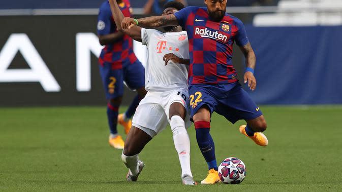 Pemain Barcelona, Arturo Vidal, berjibaku melawan bek Bayern Munchen, Alphonso Davies, pada perempat final Liga Champions di Stadion Luz, Lisbon, Sabtu (15/8/2020) dini hari WIB. (Rafael Marchante/POOL / AFP)