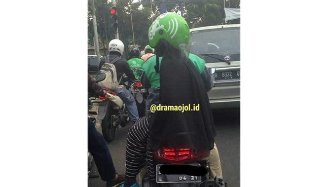 6 Kelakuan Cewek saat Pakai Helm di Jalan Ini Kocak (sumber: Instagram/dramaojol.id)
