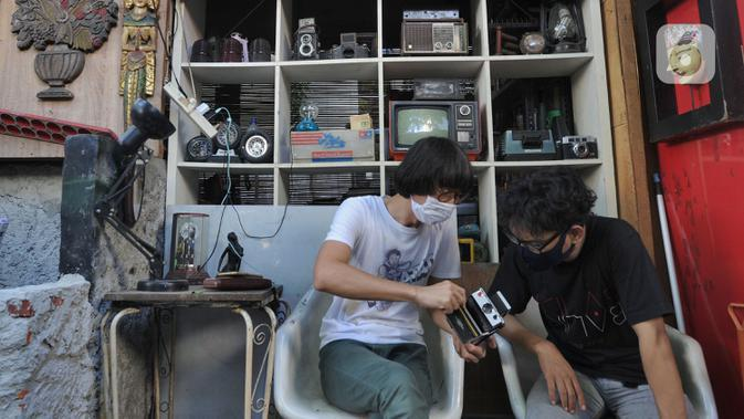 Warga bertransaksi menjual barang bekas di Kebayoran Vintage, Jakarta, Rabu (30/9/2020). Selama masa pandemi penjualan barang-barang bekas rumah tangga di meningkat hingga 75 % dimana warga menjual barang-barang miliknya untuk mencukupi kebutuhan hidup sehari-hari. (merdeka.com/Arie Basuki)