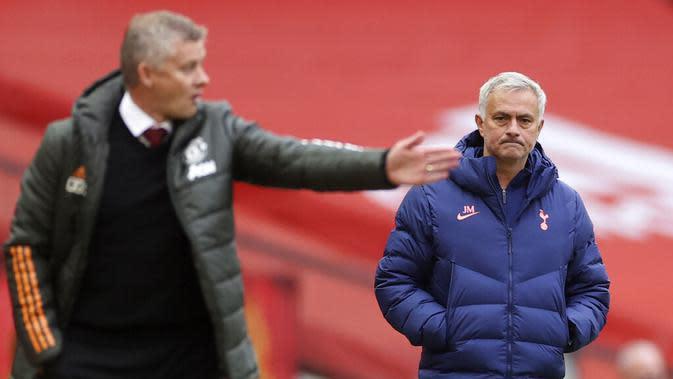 Jose Mourinho (kanan) dan Ole Gunnar Solskjaer (kiri). (Carl Recine/Pool via AP)