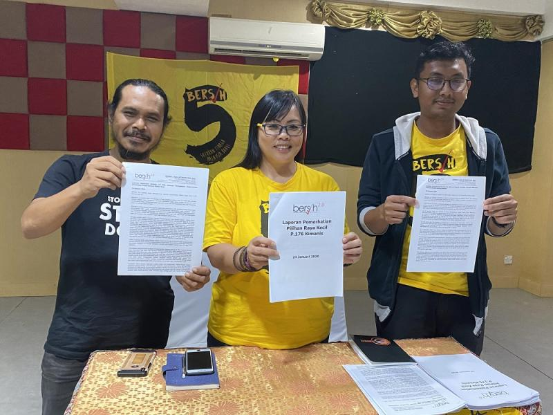 Bersih 2.0 vice chairman Beverly Joeman (centre) and coordinator Asraf Sharafi at the press conference to announce its Kimanis by election findings, in Kuching January 24, 2020. — Picture by Julia Chan
