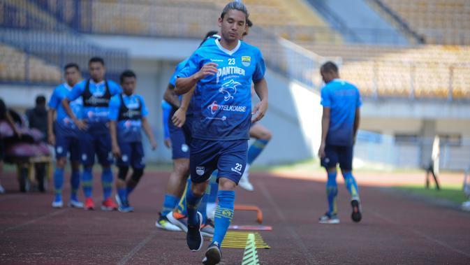 Gelandang Persib Bandung, Kim Jeffrey Kurniawan saat berlatih di di Stadion Gelora Bandung Lautan Api (GBLA), Kota Bandung. (Bola.com/Erwin Snaz)
