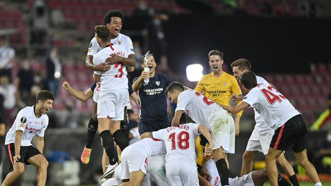 Para pemain Sevilla melakukan selebrasi usai pertandingan final Liga Europa antara Sevilla melawan Inter Milan di Stadion Rhein Energie di Cologne, Jerman, Jumat, 21 Agustus 2020. Sevilla menang 3-2. (Foto AP / Martin Meissner, Pool)