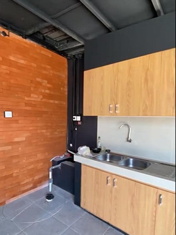 Dalam tayangan video tersebut, Tantri juga memperlihatkan dapur yang bisa digunaka sebagai salah satu fasilitas yang digunakan oleh penghuni kosannya. (Instagram/Tantri Kotak Bisnis Kontrakan)