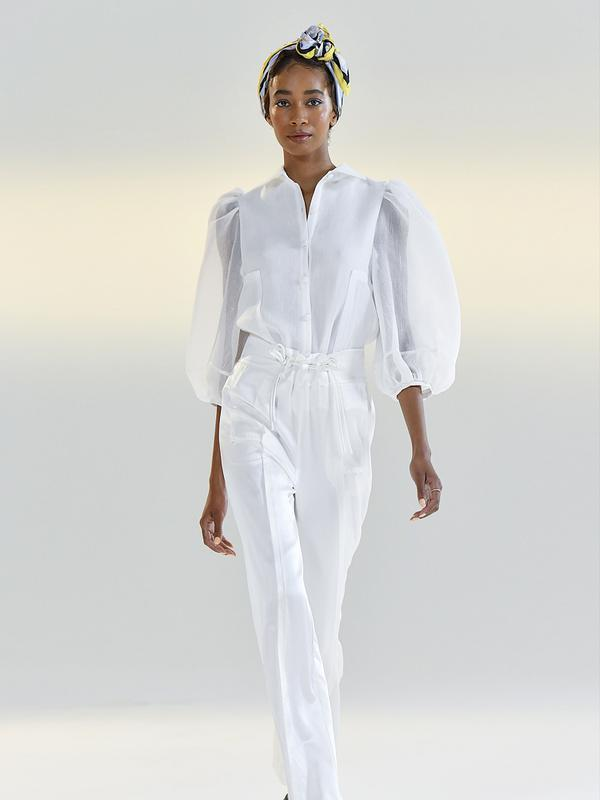 Model memeragakan kreasi busana dari koleksi Musim Semi/Panas 2021 Vivienne Hu dalam ajang New York Fashion Week (NYFW) di New York, Amerika Serikat, 15 September 2020. Di tengah pandemi COVID-19, sebagian besar peragaan busana dalam NYFW tahun ini digelar secara daring. (Xinhua/Mike Coppola)