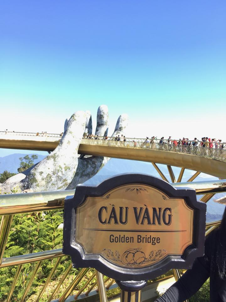 <p>The bridge is always teeming with eager tourists trying to get the perfect selfie. Photo: Yahoo Lifestyle </p>