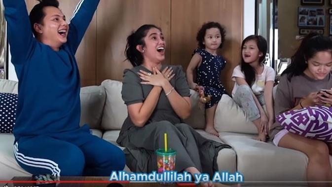 Andhika Pratama dan Ussy Sulistiawaty ungkap gender anak kelimanya. (Sumber: YouTube/Ussy Andhika Official)