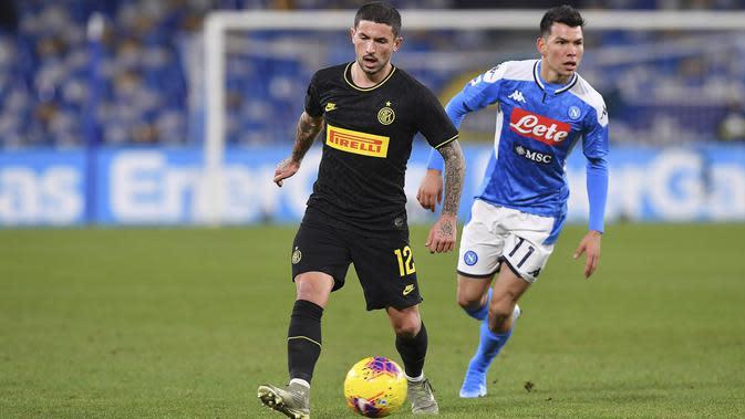 Gelandang Inter Milan, Stefano Sensi menggiring bola dari kawalan gelandang Napoli, Hirving Lozano pada pertandingan lanjutan Liga Serie A Italia di stadion San Paolo Naples (6/1/2020) (Cafaro/LaPresse via AP)