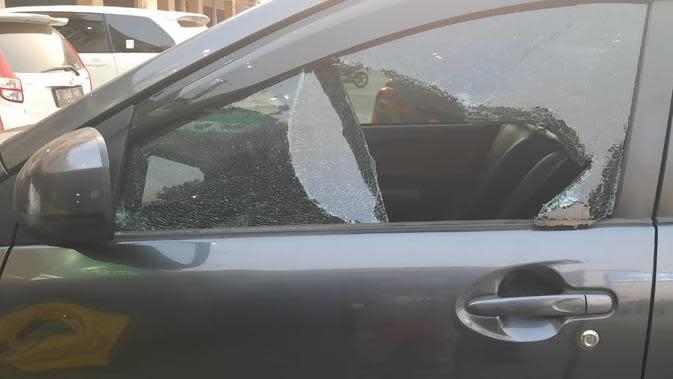 Mobil anggota Bawaslu Karawang dibobol maling dengan modus pecah ban di dekat tenda pengamanan polisi. (Foto: Liputan6.com/Abramena)