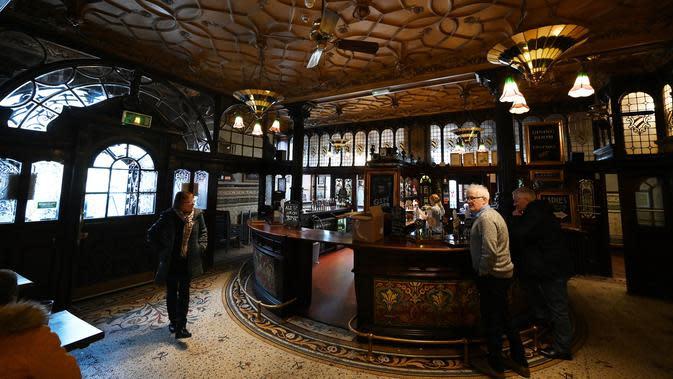 Orang-orang minum di pub Philharmonic Dining Rooms di Liverpool, Inggris pada 11 Februari 2020. Pub yang mendapat sebutan The Phil itu dibangun pada tahun 1898 oleh arsitek Walter W Thomas selama