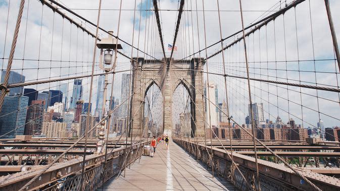 Ilustrasi Brooklyn Bridge. (dok. Robert Bye/Unsplash/Adhita Diansyavira)