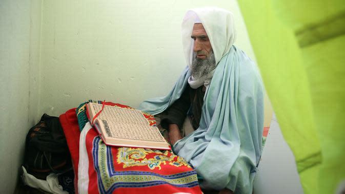 Seorang Muslim membaca Al-Quran di masjid selama Itikaf, sepuluh hari terakhir bulan Ramadan di Kabul (16/5/2020). Itikaf sangat penting bagi umat Islam karena keyakinan bahwa Nabi Muhammad lebih sering memanfaatkan momentum tersebut untuk mendekatkan diri dengan sang pencipta. (AP Photo/Rahmat Gul)